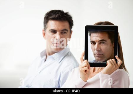 Paar, sitzen, Frau, Porträt eines Mannes vor ihr Gesicht - Stockfoto