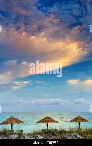 Reed Umbellas und Sonnenaufgang Wolken. Turks- und Caicosinseln. Providenciales - Stockfoto