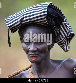 Frau vom Stamm Bodi trägt einen traditionellen Lippe-Stecker. - Stockfoto