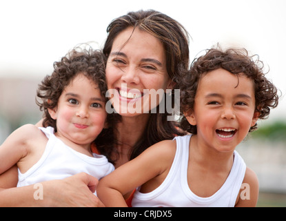 Porträt einer Mutter mit ihren beiden Söhnen im freien - Stockfoto