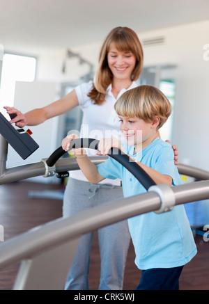 Trainer, die Arbeit mit jungen in der Turnhalle - Stockfoto