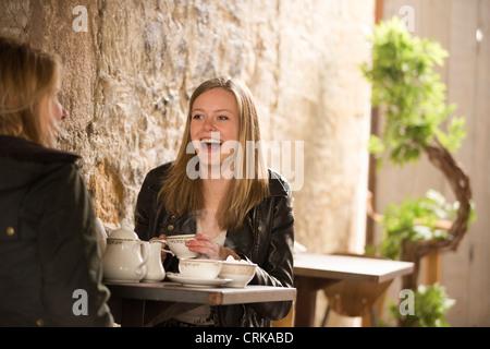 Studenten mit Tee im café - Stockfoto