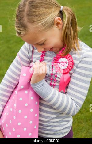 Lächelnde Mädchen Holding Geburtstagsgeschenk - Stockfoto