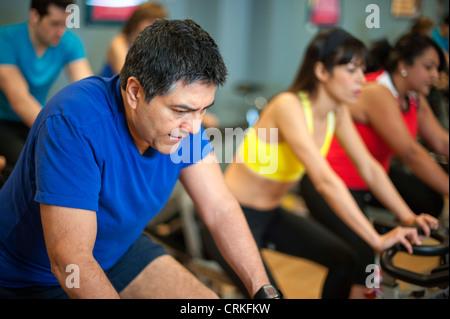 Personen mit Spin Maschinen im Fitness-Studio - Stockfoto