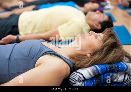 Frau praktizieren Yoga Studio - Stockfoto