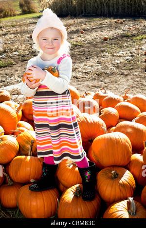 Porträt eines jungen Mädchens auf Kürbis - Stockfoto
