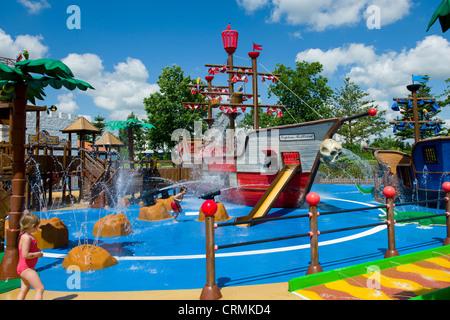 Kinder spielen im Brunnen bei Pirate Wasserfälle, Pirateland, Legoland Billund, Dänemark - Stockfoto