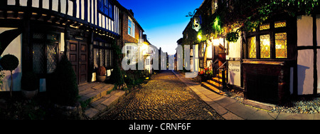 Panoramablick auf den malerischen gepflasterte Straße außerhalb der historischen Mermaid Inn in Rye. - Stockfoto