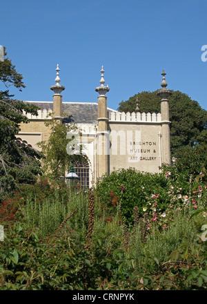 Brighton Museum and Art Gallery in den Gärten der Royal Pavilion. - Stockfoto