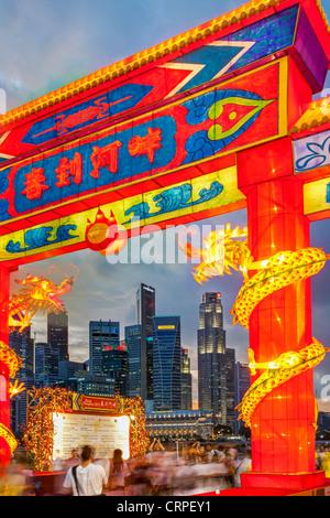 Finanzielle Skyline der Stadt, River Hongbao Dekorationen für chinesischen Neujahrsfest am Marina Bay, Singapur, - Stockfoto