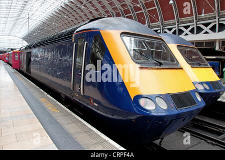 Zwei Züge am Bahnhof - Stockfoto
