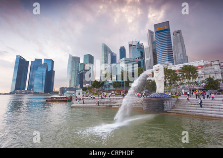 Der Merlion Statue mit der Skyline der Stadt im Hintergrund, Marina Bay, Singapur, Südostasien - Stockfoto