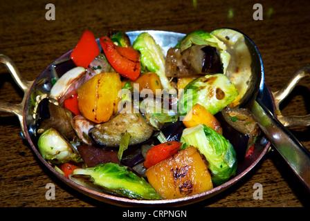 Gewürfelte Gemüse der Saison rote gelbe Paprika Brussel Sprossen Aubergine Zwiebeln Beilage gegrillt - Stockfoto