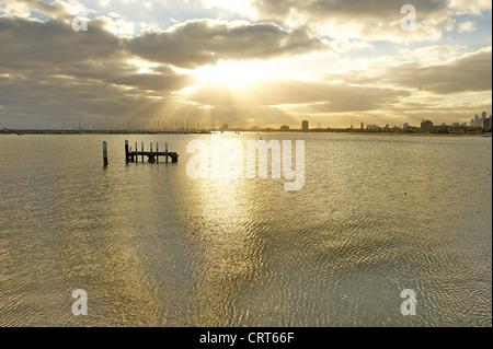 Blick vom St. Kilda Pier über Port Phillip Bay zu den Türmen von zentraler Geschäft Bezirk von Melbourne, Victoria - Stockfoto