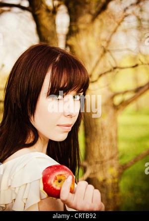 Closeup Portrait schöne junge Mädchen mit Apfel in der Hand. Sonnenuntergang - Stockfoto