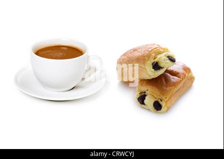 Kaffeetasse mit Getränk und Pain au chocolat - Stockfoto