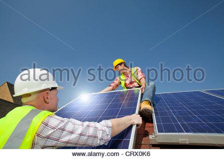 Ingenieure, die Installation von Solar-Panel auf Dach - Stockfoto