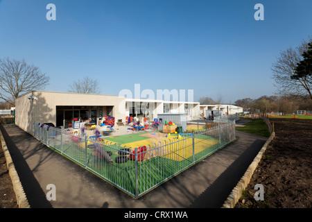 Klettergerüst Reifen : Grundschule spielplatz mit kinder spielen am klettergerüst und