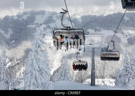 Österreich, Steiermark, Schladminger Tauern, Menschen im Sessellift - Stockfoto