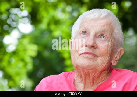 Senior-Frau in einem Rollstuhl nachschlagen - Stockfoto