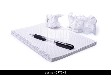 Zerknittertes Papier, Notizbuch und Stift isoliert auf weißem Hintergrund - Stockfoto