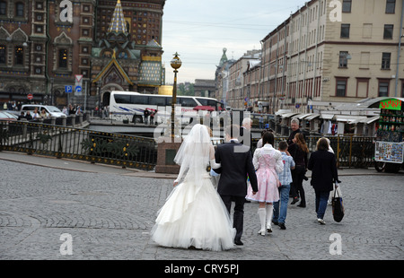 Braut-Gruppe Spaziergang durch St. Petersburg nach der Hochzeit. - Stockfoto