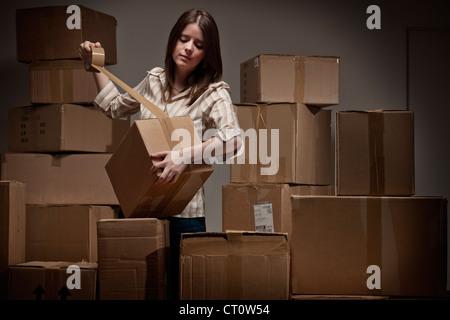 Teenager-Mädchen abkleben Kartons - Stockfoto
