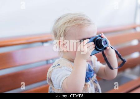 Kleinkind Mädchen fotografieren mit Kamera - Stockfoto