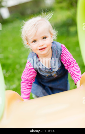 kleinkind m dchen spielen auf einer folie am kinderspielplatz stockfoto bild 148143382 alamy. Black Bedroom Furniture Sets. Home Design Ideas