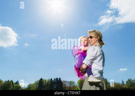Mutter mit Kleinkind Mädchen im freien - Stockfoto
