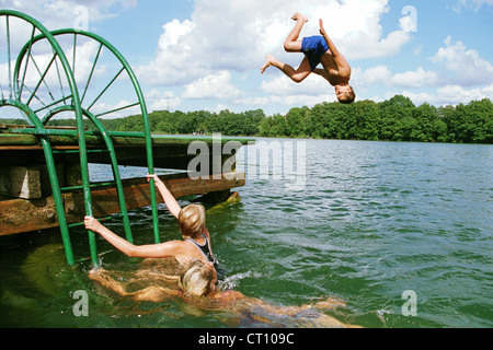 Boetzsee, ein Junge springt ins Wasser über Kopf - Stockfoto
