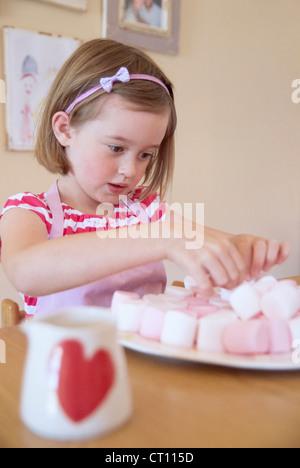 Mädchen in Küche Backen - Stockfoto