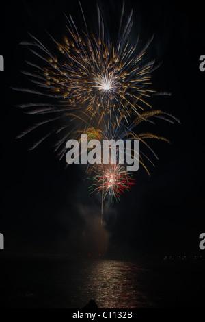 Feuerwerk-Feier von Vero Beach am Fluss im Riverside Park beleuchtet gegen den dunklen Nachthimmel. - Stockfoto