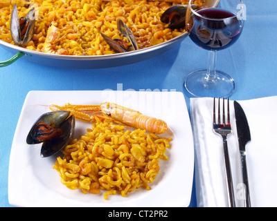 """Fideua – Nudel Paella. Die """"Fideua"""" ist eine Art von Meeresfrüchte-Paella, aber den Reis pro eine Art dicken kurzen - Stockfoto"""