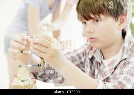 Junge Molekülmodell in Klasse - Stockfoto