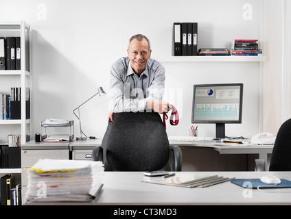 Geschäftsmann, stehend im Büro - Stockfoto