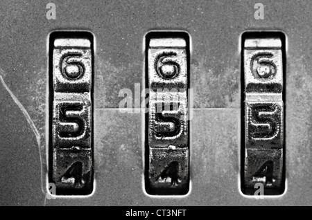 Makroaufnahme einer Zahlenschloss - Zifferblätter Satz, 555, flachen DOF - Stockfoto