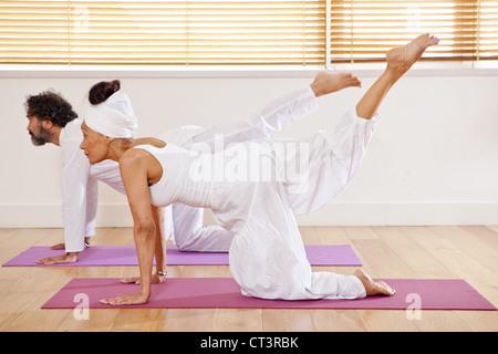 Paar üben Yoga Klasse - Stockfoto