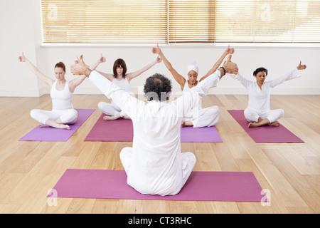 Menschen Sie Yoga zu praktizieren gemeinsam in der Klasse - Stockfoto