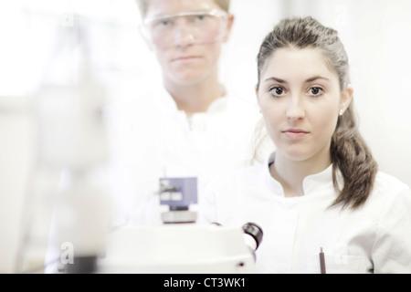 Wissenschaftler mit Mikroskop im Labor - Stockfoto