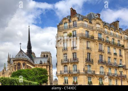 Traditionelles Gebäude, das Paris und die Kathedrale Notre Dame auf Hintergrund in Paris, Frankreich. - Stockfoto