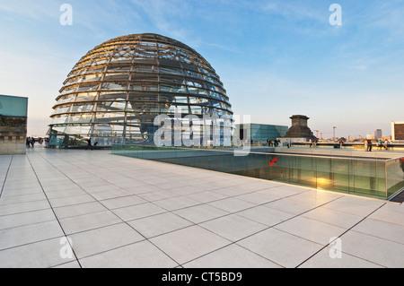 Die Glaskuppel, entworfen von Sir Norman Foster über das Plenum Kammer Reichstagsgebäude in Berlin-Mitte Deutschland - Stockfoto
