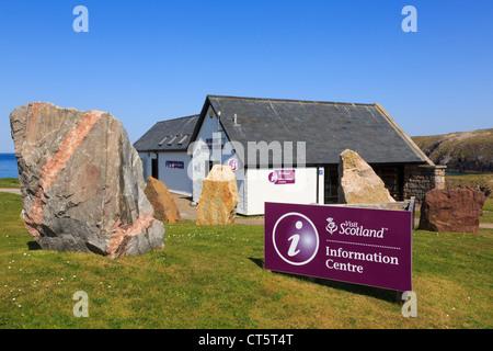 Besucher-Center-Gebäude mit touristischen Informationsschild in Durness, Sutherland, Highland, Schottland, UK, Großbritannien - Stockfoto