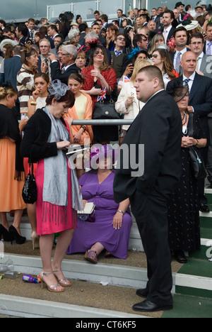 Müde übergewicht Fett Frau an Royal Ascot Pferderennen Berkshire. HOMER SYKES - Stockfoto