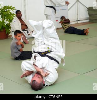 ein judo klasse f r kinder und kinder mit erwachsenen die aufsicht ber die ausbildung. Black Bedroom Furniture Sets. Home Design Ideas
