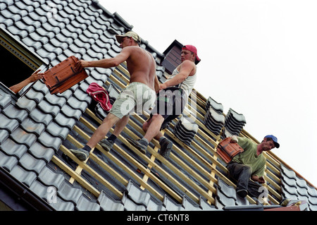 Dachdecker bei der arbeit  Dachdecker bei der Arbeit, Polen Stockfoto, Bild: 13248470 - Alamy