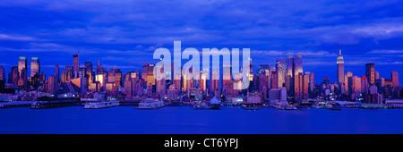 Panorama-Foto von Midtown Manhattan, New York City Skyline in der Abenddämmerung mit dem Hudson River von New Jersey - Stockfoto