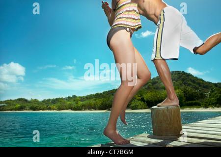 Verspielte Paar am Steg am Meer - Stockfoto