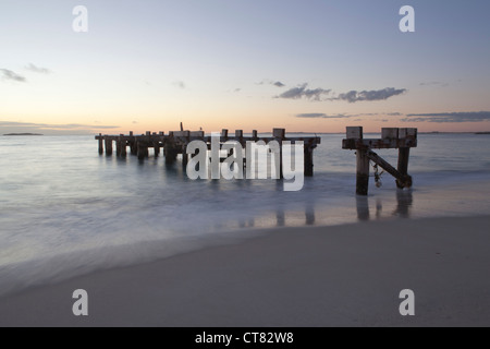 Die Ruine Steg am Strand von Jurien Bay in Westaustralien - Stockfoto