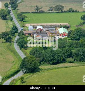 Luftaufnahme der Landwirtschaft von oben schaut auf landwirtschaftlichen Gebäuden & Bauernhaus mit angrenzenden - Stockfoto